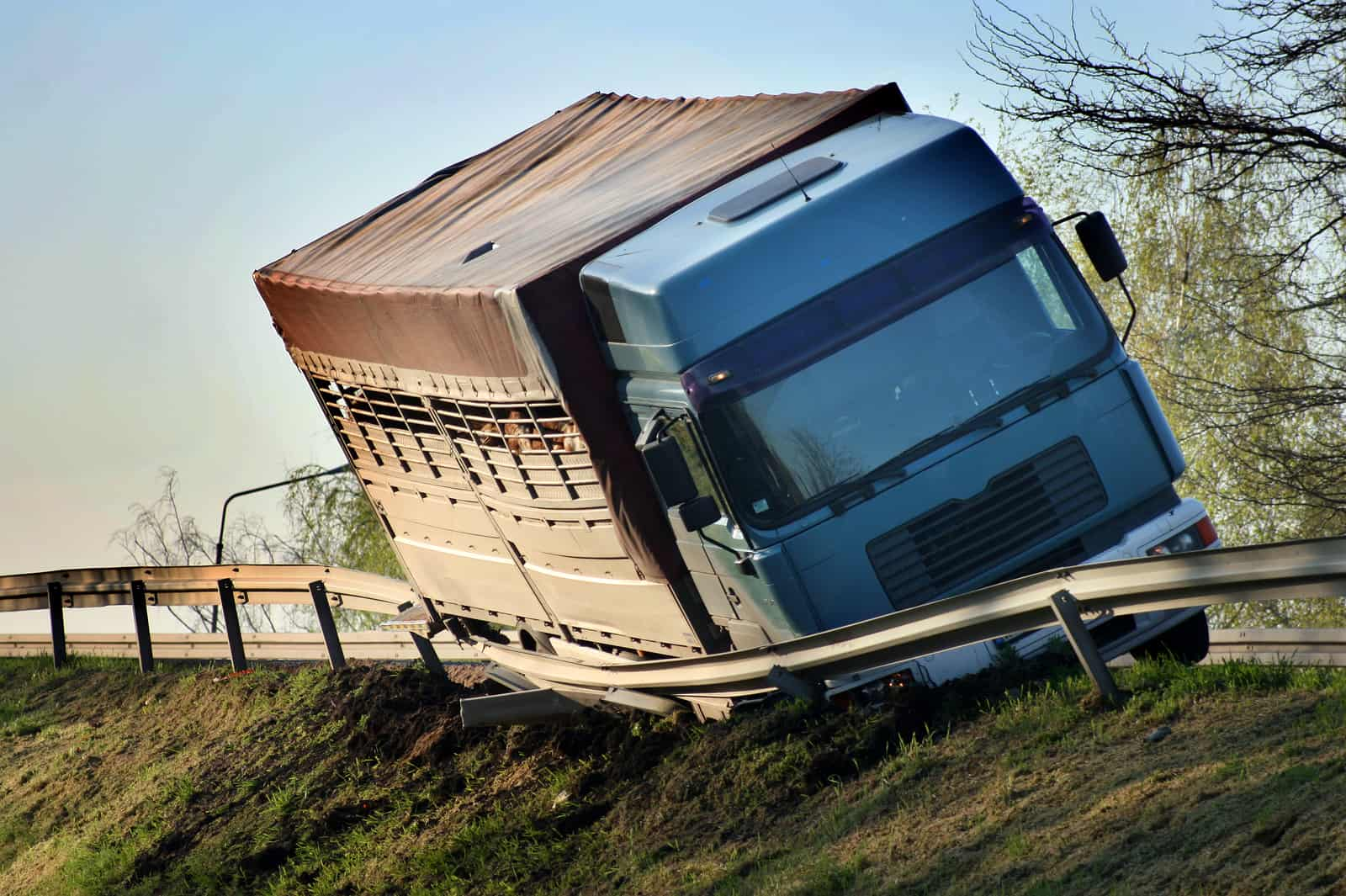 Trucking Accident 1 - What 5 Signs Can Help You Avoid Unsafe Commercial Truck Drivers?